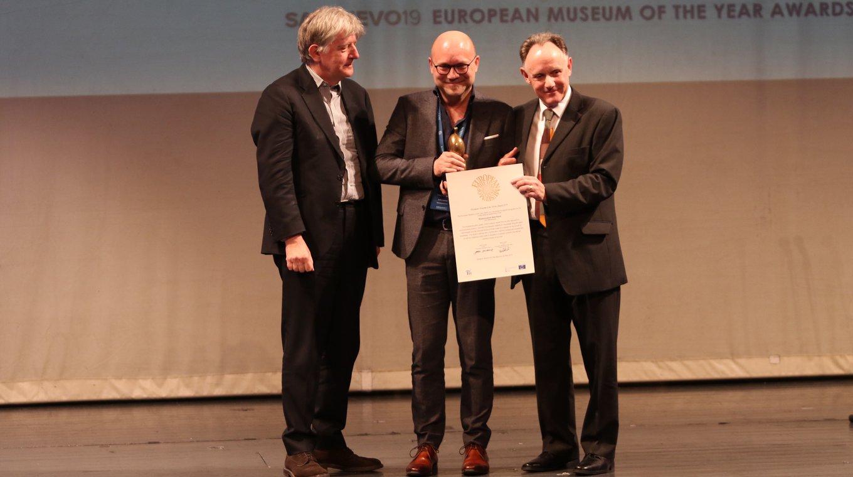 Directeur Amito Haarhuis neemt de Museum of the Year Award 2019 in ontvangst.
